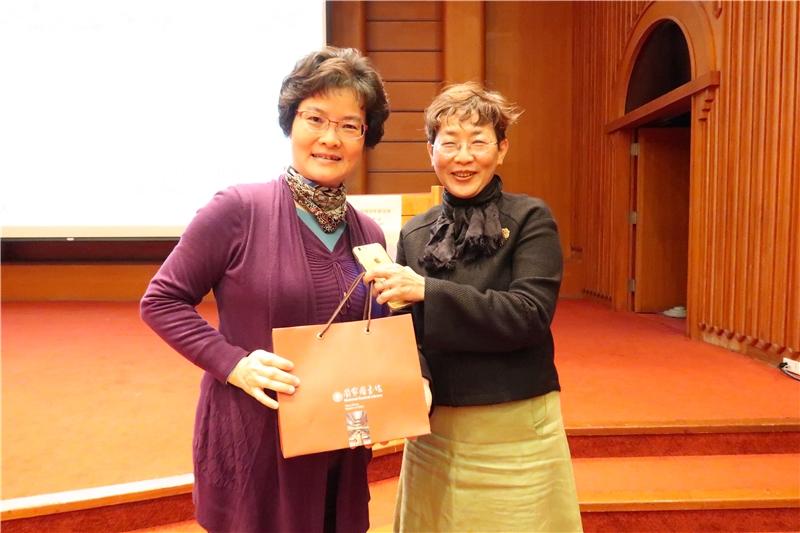 廖秀滿主任代表致贈本館紀念品感謝梁教授今日精彩的演講