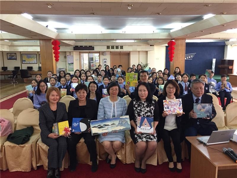 曾淑賢館長(左三)、駐蒙古代表處嚴竹蓮副代表(左二)與蒙古國立兒童圖書館受贈代表及參與學童合影
