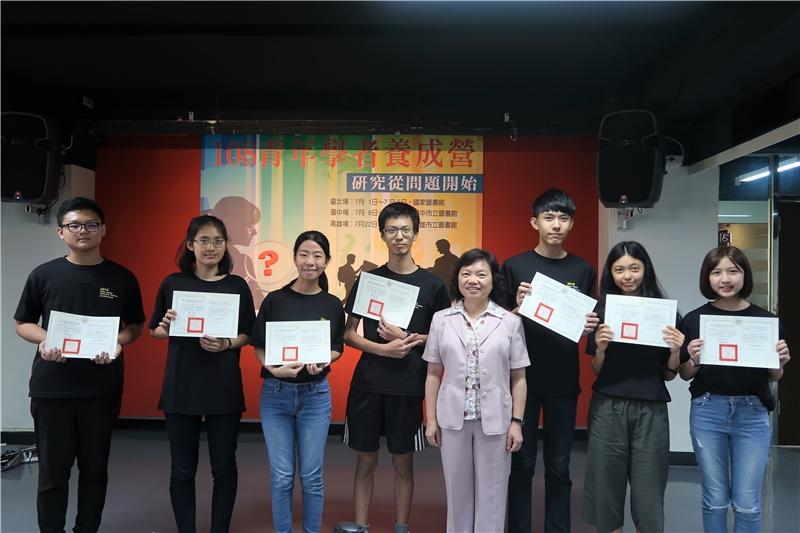 吳英美副館長頒發結業證書予青年學者養成營學員