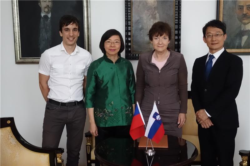合影(左起):Ziga Cerkvenik(斯國國圖館員)、曾淑賢館長、Martina Rozman Salobir館長、林能山編輯