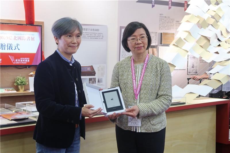 群傳媒公司龐文真執行長捐贈mooInk電子書閱讀器
