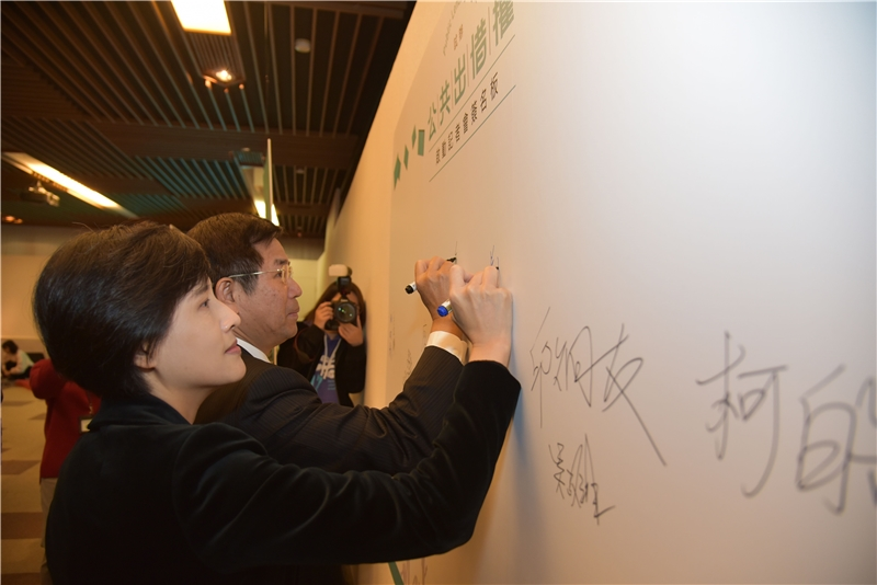 Minister of Education Wen-zhong Pan and Minister of Culture Li-chiun Cheng sign their names during the press conference to commemorate the occasion