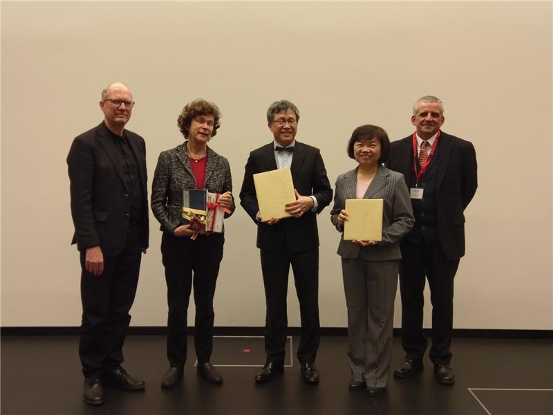 贈書合影  左起Ulrich Schneider 館長、Beate A. Schücking 校長、謝志偉大使、吳英美副館長、柯若樸教授