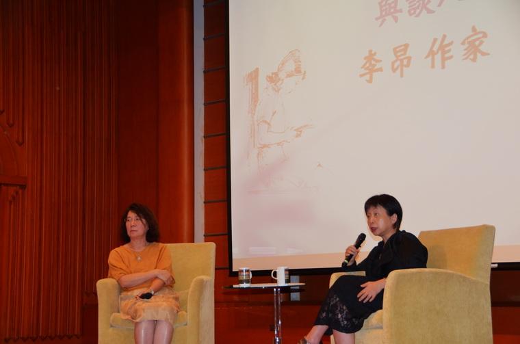 演講告一段落,李昂老師與邱貴芬教授對談