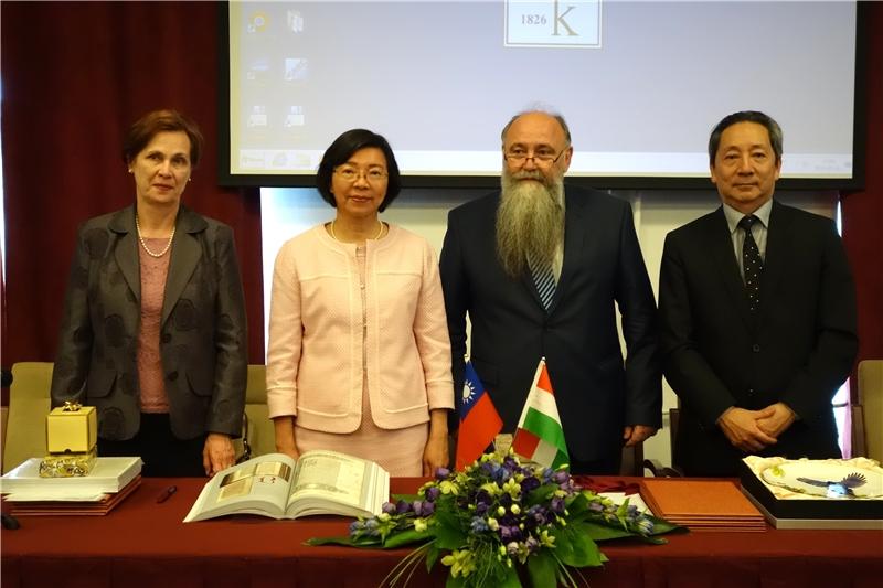 (左起)匈牙利科學院東方館藏主任Agnes Kelecsenyi、曾淑賢館長、Istvan Monok館長及陶文隆大使