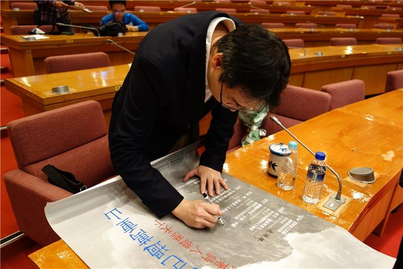 徐國能教授為107年春季閱讀講座活動海報簽名
