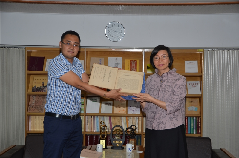 道爾吉 (Dordzhi Kukeev)研究員贈書本館,由曾淑賢館長代表接受