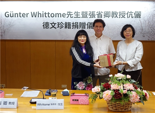 Director-General Tseng accepts Günter Whittome and Professor Chang's donation of rare German books
