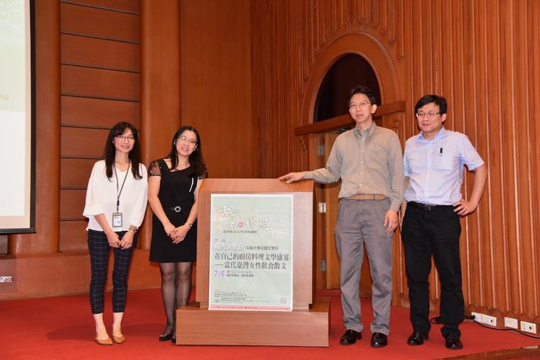 羅教授(左二)與工作人員合照