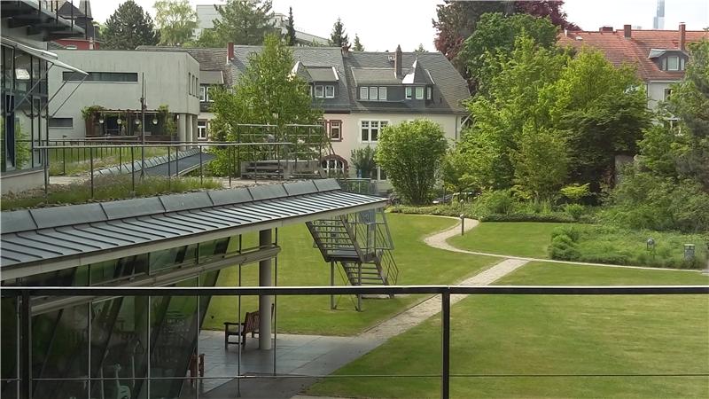 圖書館綠化空間有專為館員設置的健身房(照片左下方)