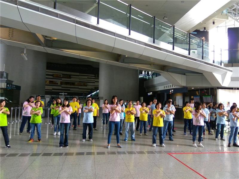 國圖吳英美副館長帶領同仁於高鐵新竹站演唱改編自文學作品的歌曲