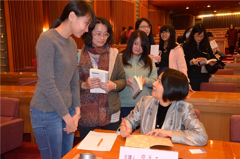 廖美玉教授為現場觀眾簽書並答覆聽眾問題
