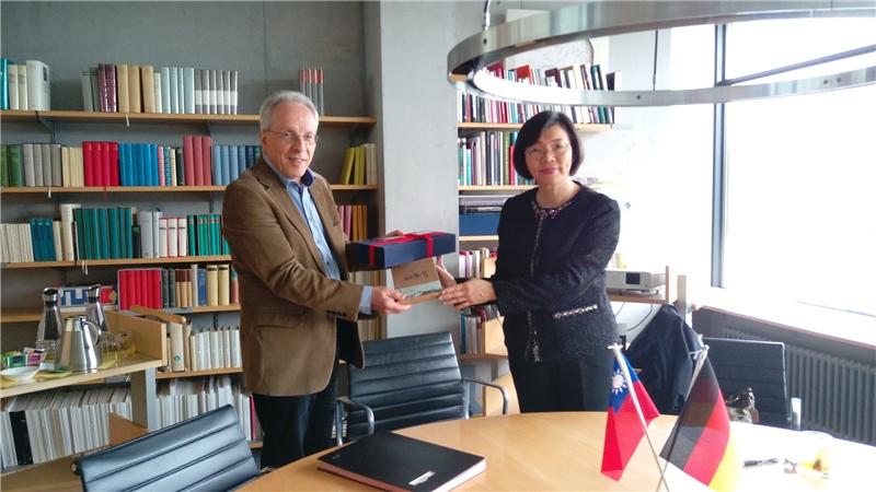 曾館長贈送《金剛般若波羅蜜經》復刻書給德國國家圖書館珍藏