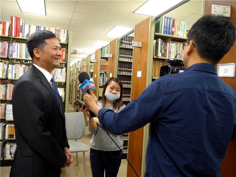 駐洛杉磯臺北經濟文化辦事處王秉慎副處長接受當地媒體採訪