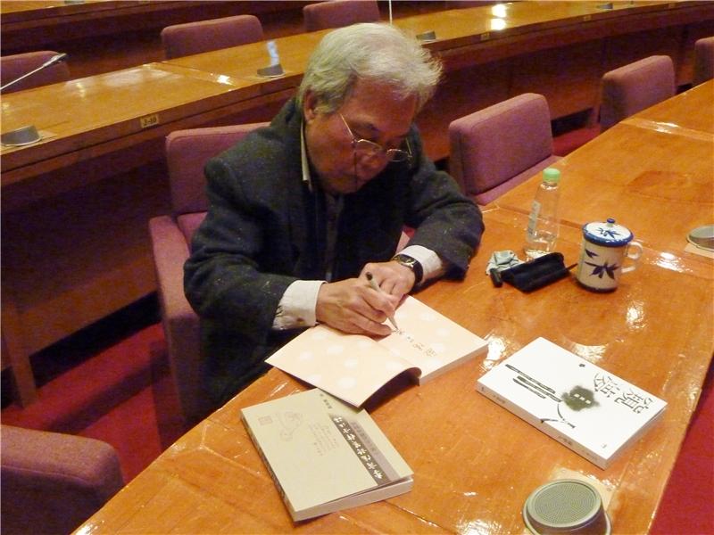 顏教授為讀者簽書1