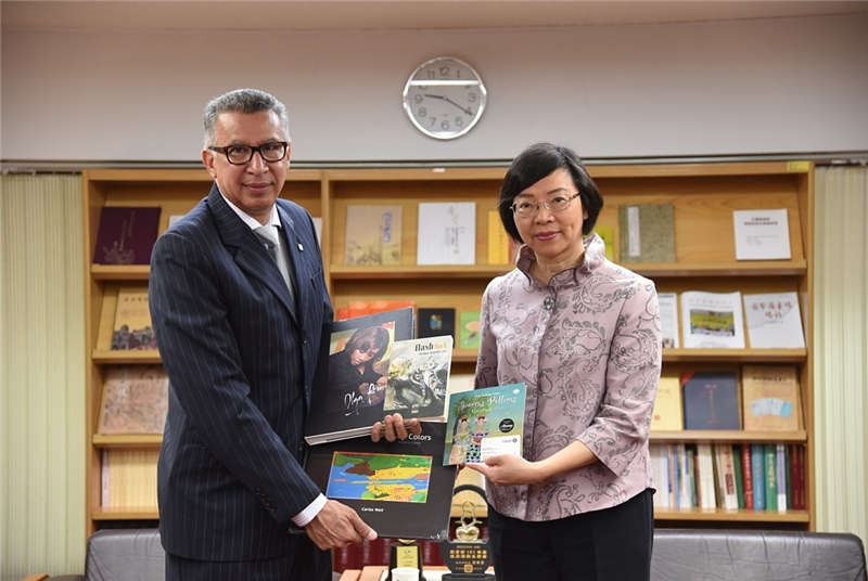 Panamanian Ambassador Alfredo Martiz Presents a Collection of Books to NCL Director-General Tseng