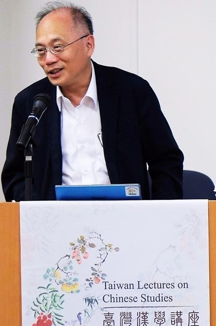 Academia Historica's Director Wu interacts with the audience while delivering his lecture