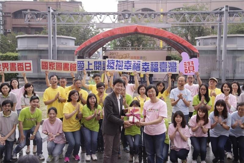 國家圖書館曾淑賢館長與臺南市文化局葉澤山局長互贈玫瑰與書籍