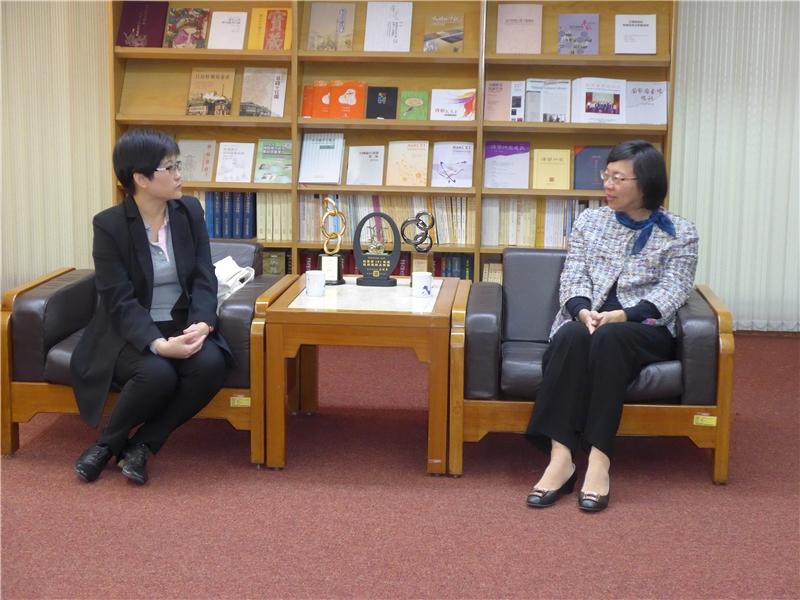 曾館長與Ms. GEE Miaw Miin交換人員訓練與國際交流經驗