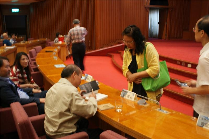 劉仁傑教授為聽眾簽書