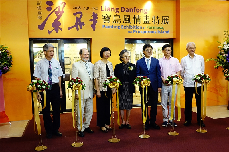 剪綵。左起:梁銘剛教授、托雷斯代表、曾淑賢館長、梁丹丰教授、葉俊榮部長、張譽騰教授、戴瑞明大使。