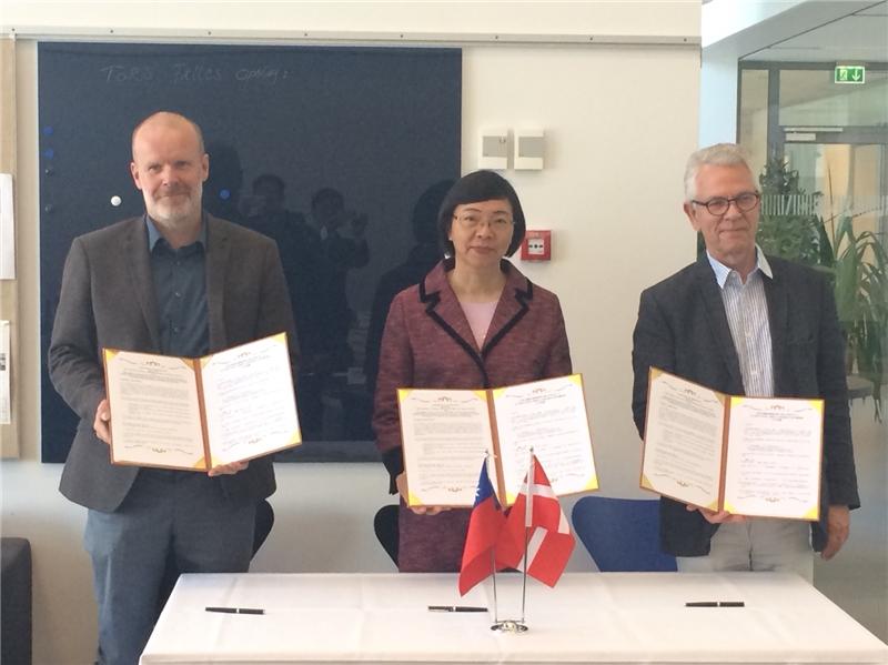 國家圖書館曾淑賢館長與北歐亞洲研究中心以及丹麥哥本哈根大學跨文化與區域研究學院三方共同簽署「臺灣漢學資源中心」合作協議