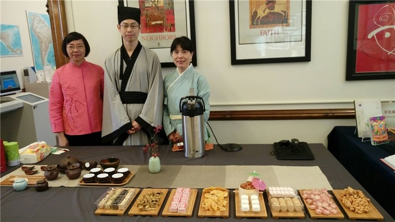 NCL library staff (Left to Right) wearing ancient costumes demonstrate the tea ceremony. Director-General Tseng, Director Yun-feng Poh, Director Tzu-ling Lu