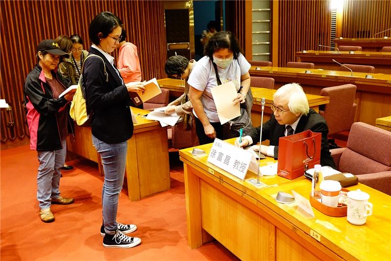 徐富昌教授於會後為讀者簽名