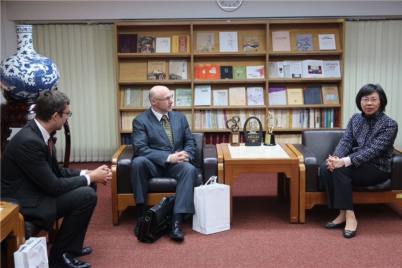 Deputy Representative Patrik Kravec (1st left) and Deputy Representative David Hrdousek (center) with Director-General Tseng