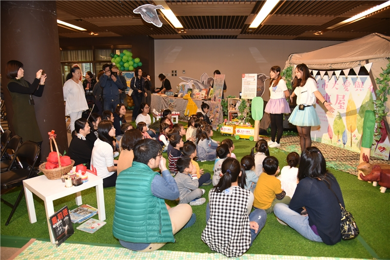 The University of Taipei's Love and Hope Story Group tell stories to children in the Forest Storytelling Village
