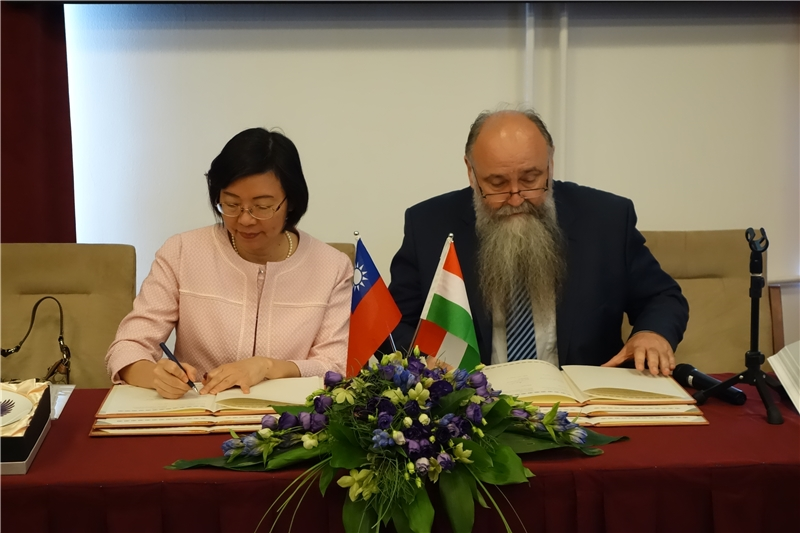 Director-General Tseng and Director-General Monok sign the cooperation agreement on the TRCCS