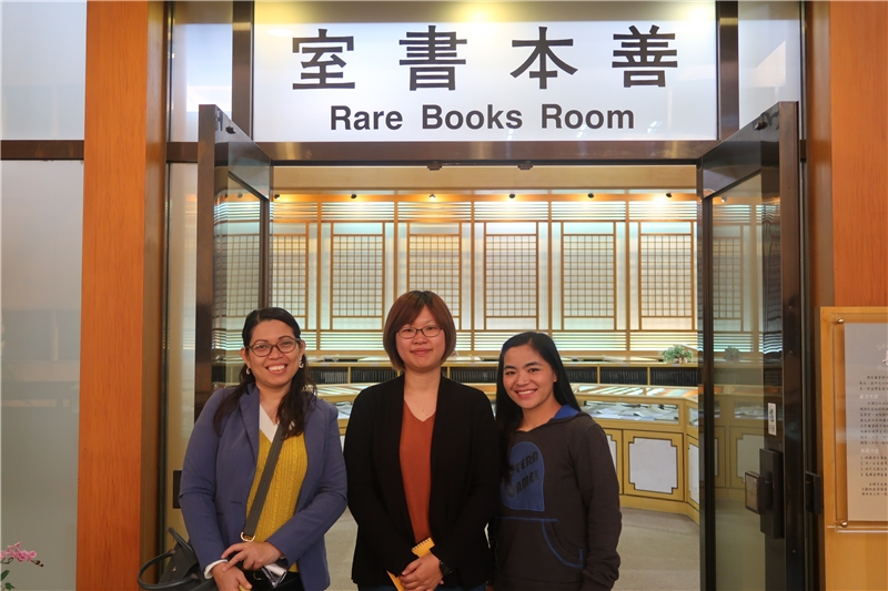 A delegation from the Philippines Science and Technology Information Institute pictured with a member of library staff during their visit to the NCL on November 27, 2019.