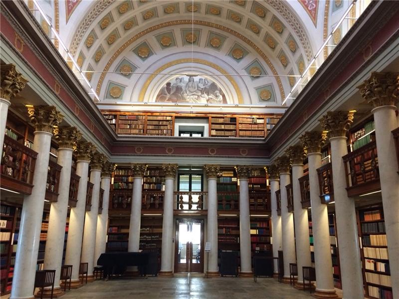 芬蘭國家圖書館充滿歐洲宮廷風的圓頂設計和壁畫