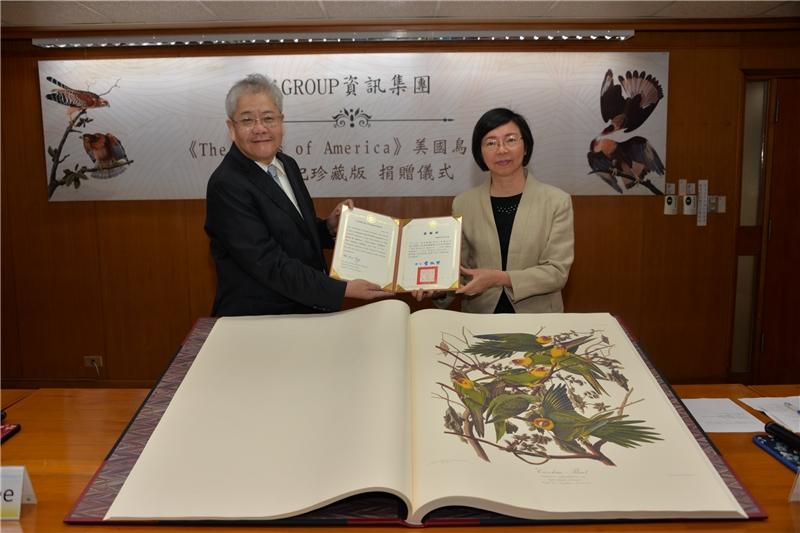 曾淑賢館長致贈感謝狀給Pote Lee總裁(左一)