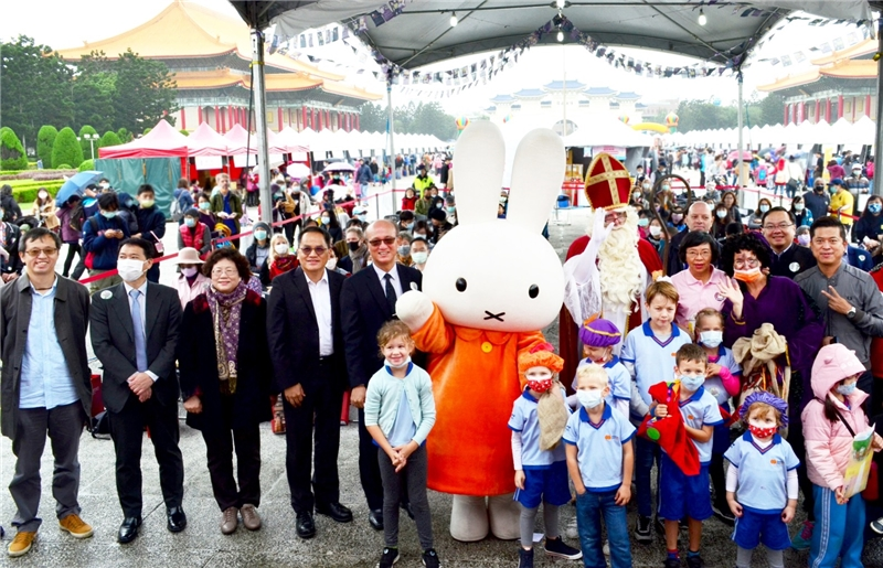 The Netherlands Office Taipei invites Miffy and Sinterklass to pose with a photo of a few distinguished guests.