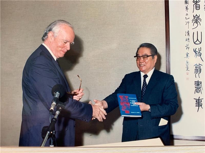 王振鵠教授代表接受AIT贈書