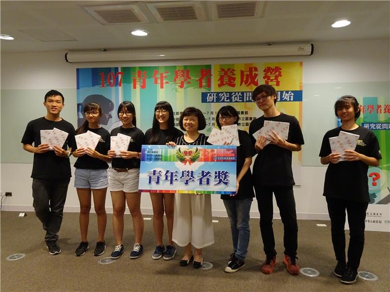 吳英美副館長頒發「青年學者獎」予得獎學員