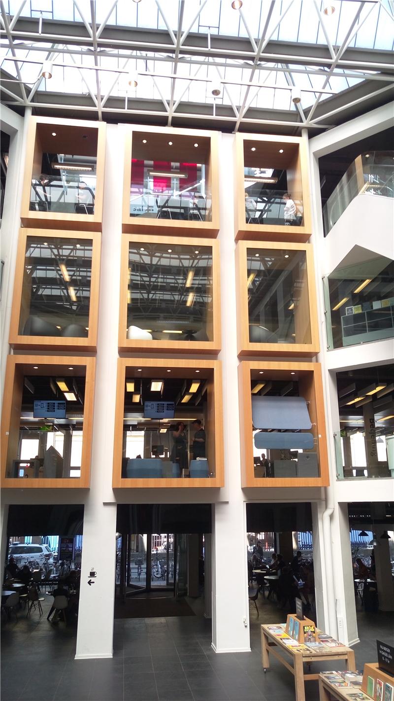 哥本哈根市立圖書館總館每一樓層提供不同的服務