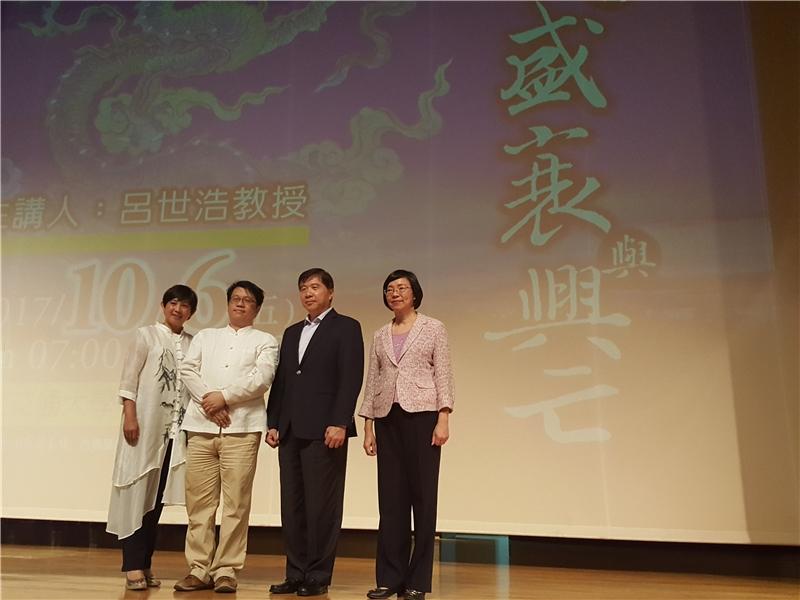 曾淑賢館長(右)、廖振隆董事長伉儷與呂世浩教授(左2)合影