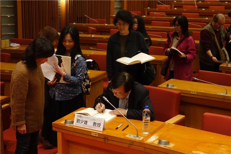讀者排隊簽書