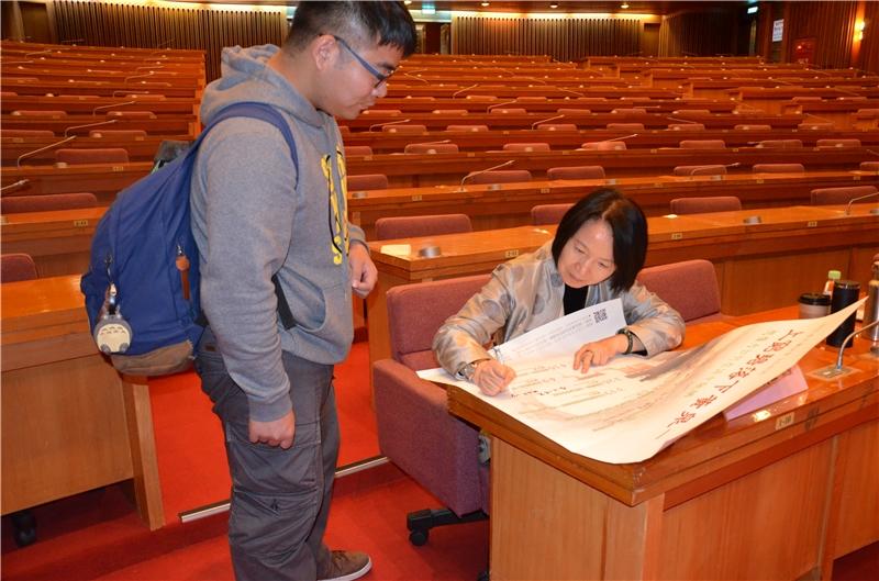 本場次講座廖美玉教授為粉絲簽海報
