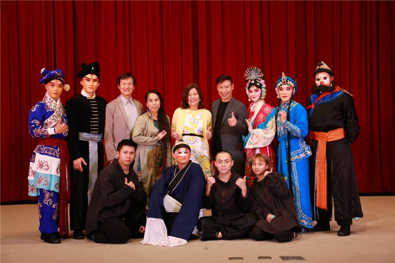 Lu-Ho Chu (2nd row, 4th from right), Hsing-kuo Wu (2nd row, 3rd from left), and Executive Director Jenny Chen (2nd row, middle) take a photo with the actors.