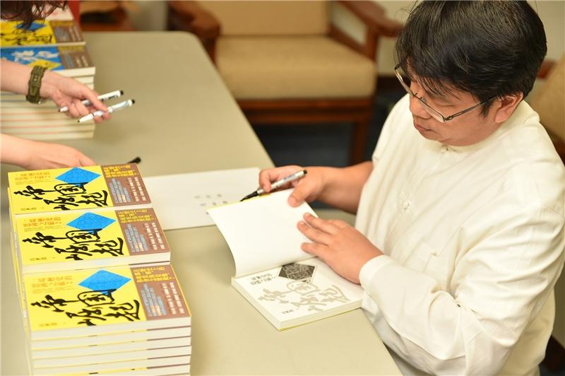 呂世浩教授為讀者簽書