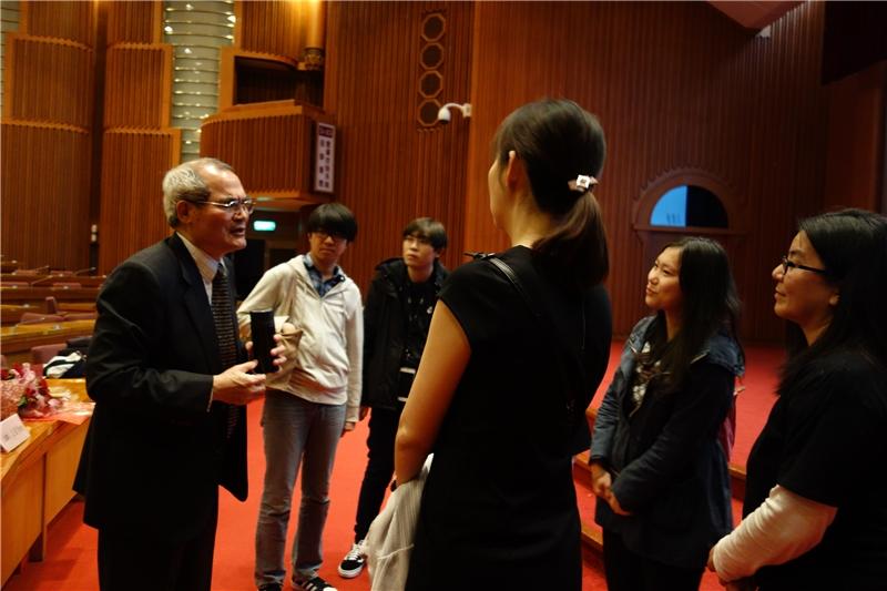青年學子在會後與老師討論