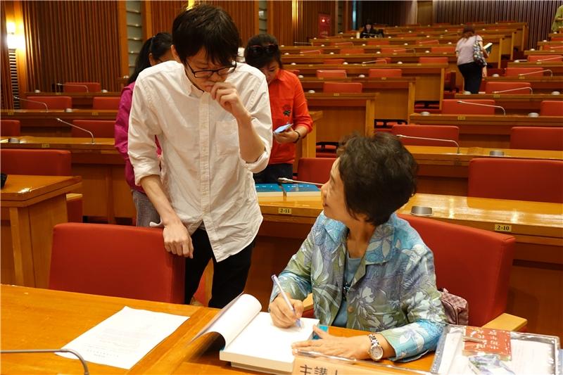 陳麗桂教授為讀者簽名(一)