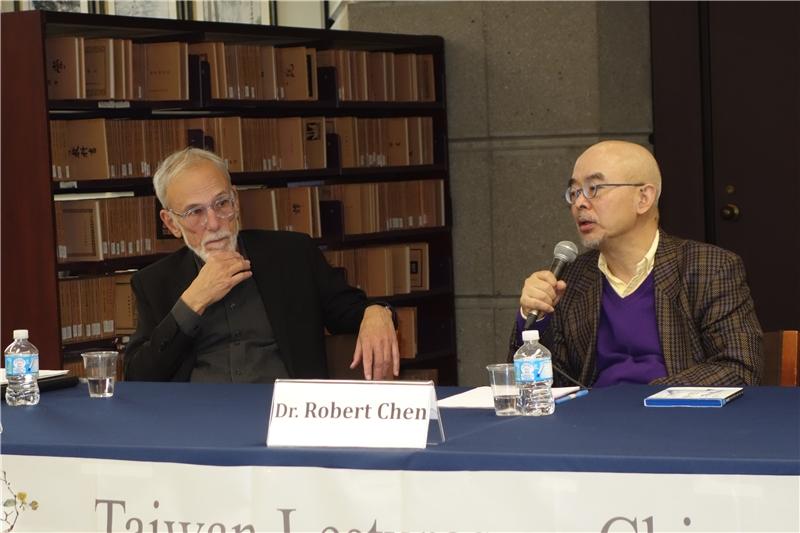 左起:與談人Bart Testa教授、講者陳儒修教授