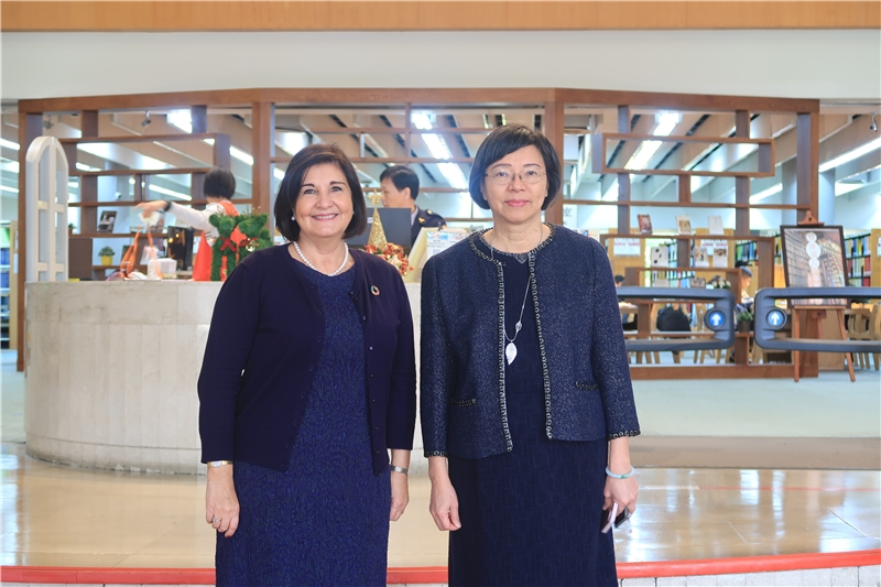 President Ms. Glòria takes a photo with NCL Director-general Tseng at the lobby of NCL.
