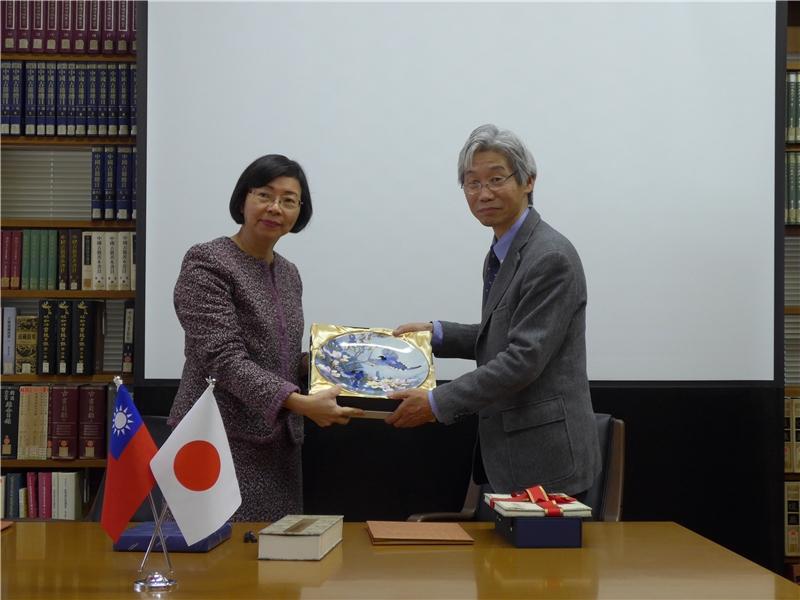 國圖致贈禮物予京都大學圖書館