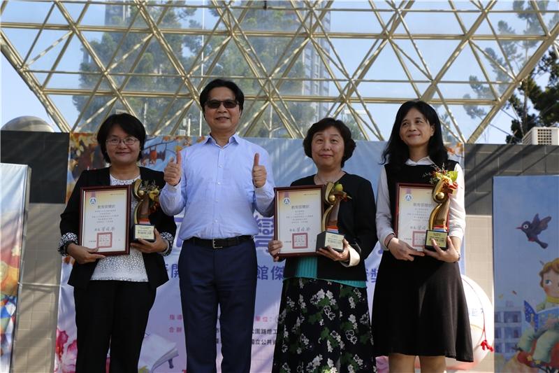 部長頒發107年圖書館傑出人圖書館主管貢獻獎