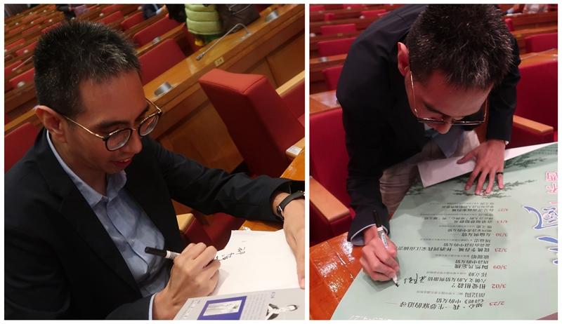 祁教授幫讀者簽書及海報簽名